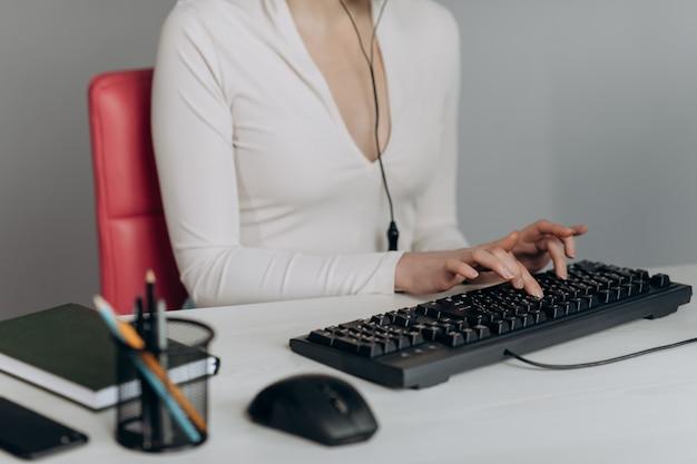 Vrouw klantenservice agent receptioniste wear headset consult online client.
