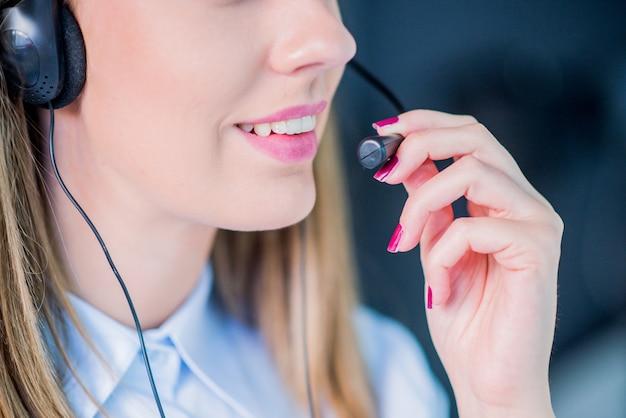 Vrouw klantenservice werknemer call center operator met telefoon headset, mooie jonge call-center assistent lachend, geïsoleerd