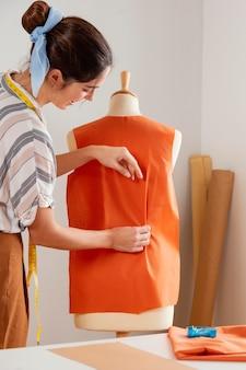 Vrouw kleren close-up maken