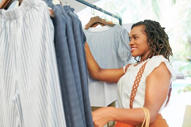 Vrouw kleren in de winkel kopen