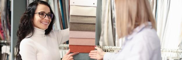 Vrouw kleur van stof kiezen uit vele monsters in winkel combinatie van kleuren in interieur van