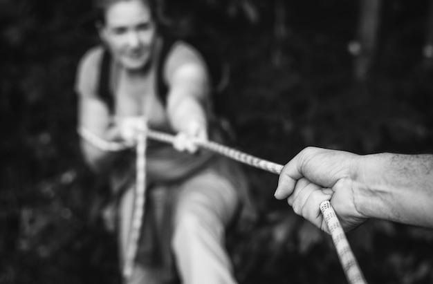 Vrouw klimt een touw op