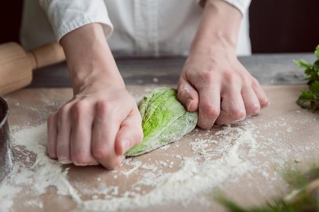 Vrouw kneedt deeg voor ravioli