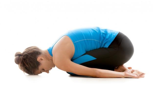 Vrouw knielend met zijn headon de vloer