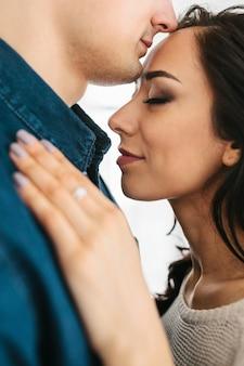 Vrouw knuffelen met een man