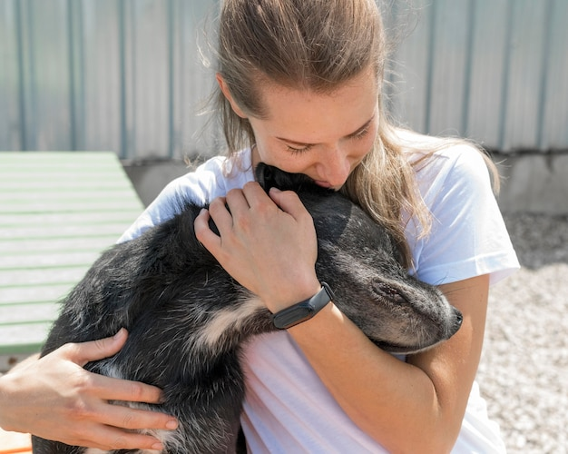 Vrouw knuffelen schattige reddingshond