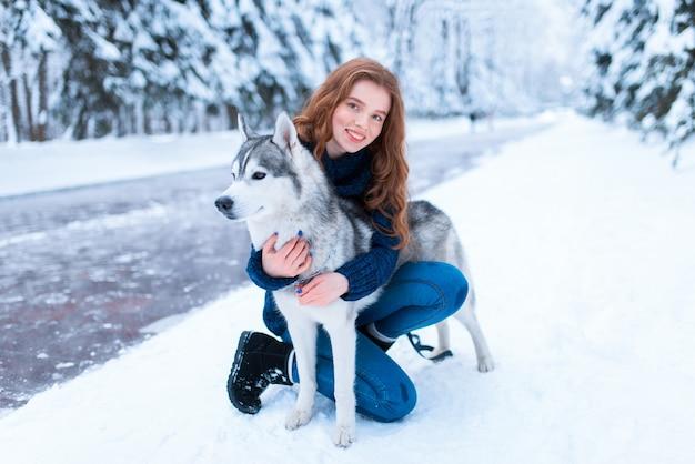 Vrouw knuffels met siberische husky