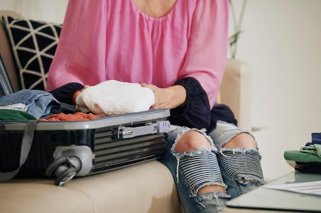 Vrouw koffer uitpakken