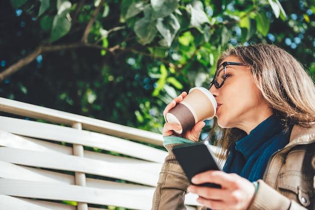 Vrouw koffie drinken buitenshuis