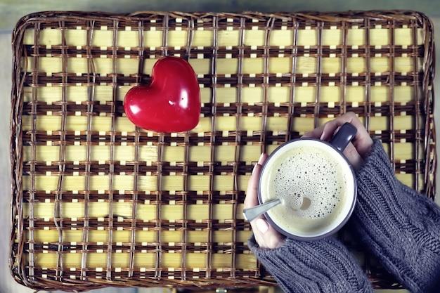 Vrouw koffie drinken en kijken naar de kaart valentijnsdag