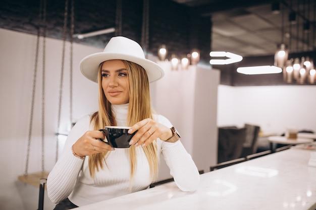 Vrouw koffie drinken in een café