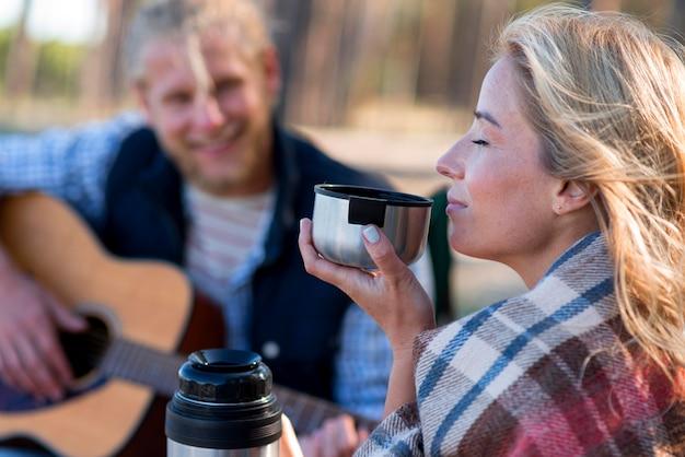 Vrouw koffie drinken wazig man