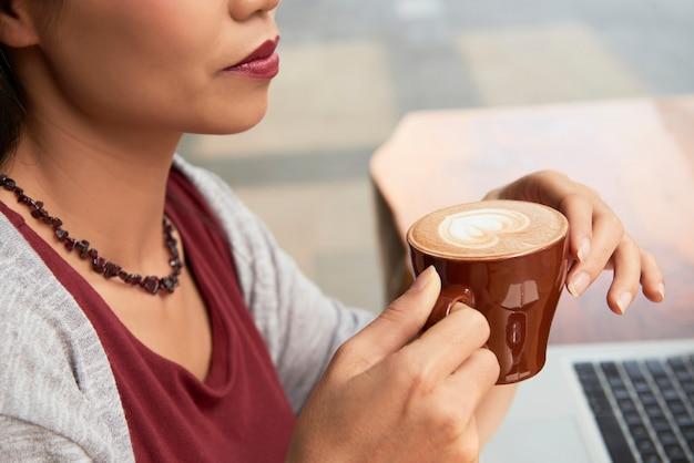 Vrouw koffie drinken