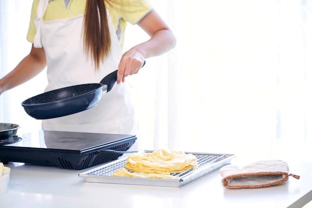 Vrouw koken in de keuken