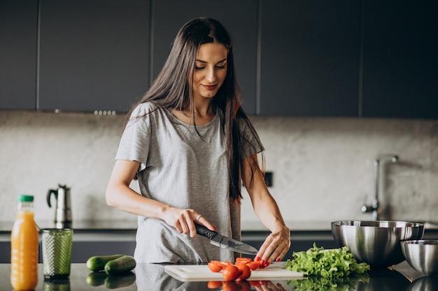 Vrouw koken lunch thuis