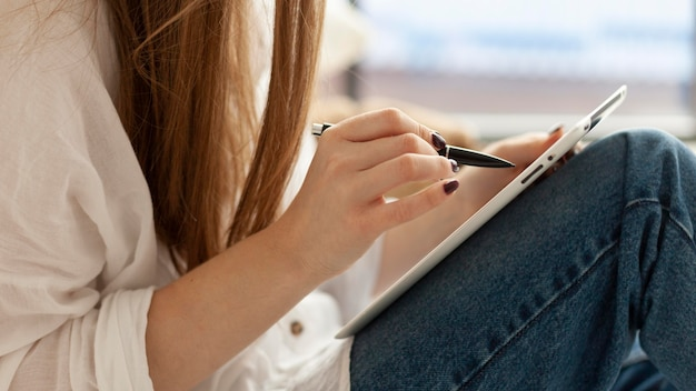 Vrouw komt met nieuwe ideeën voor een blog
