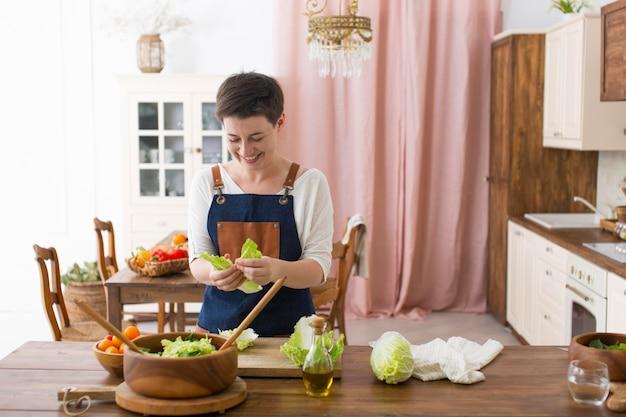 Vrouw kookt wat gezond voedsel