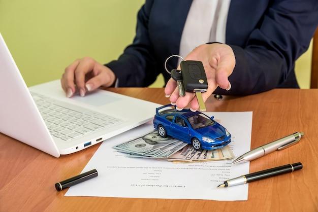 Vrouw koopt een auto en ondertekent een contract