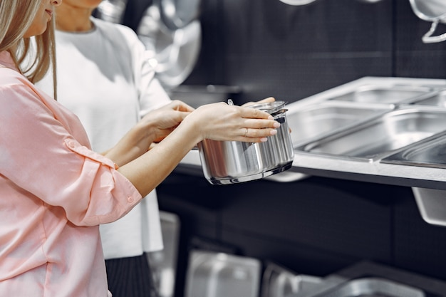 Vrouw koopt gerechten in de winkel