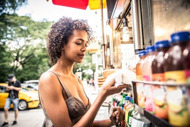 Vrouw koopt hotdog in new york