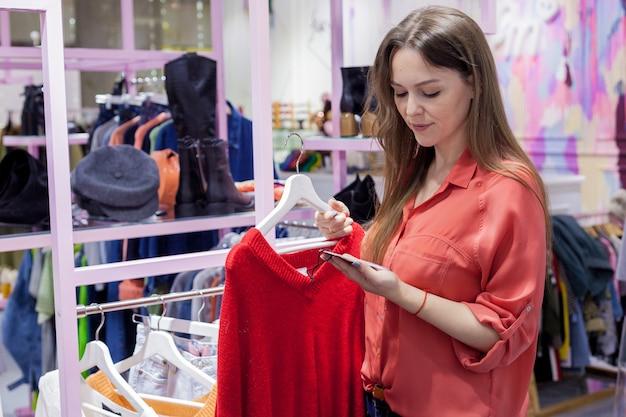 Vrouw koopt kleding in de uitverkoop