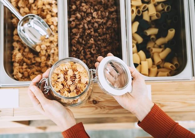 Vrouw koopt lokale producten in een plasticvrije supermarkt zonder afvalwinkel
