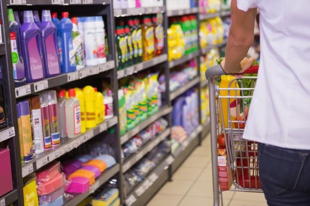 Vrouw koopt producten met haar trolley