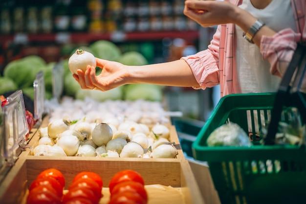 Vrouw kopen bij supermarkt