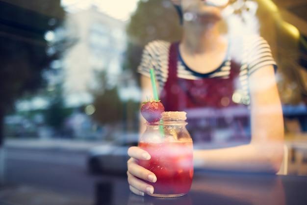 Vrouw kort kapsel cocktail levensstijl ochtend peinzende blik
