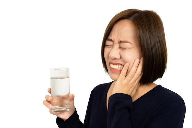 Vrouw koud drankje drinken en voelt pijn