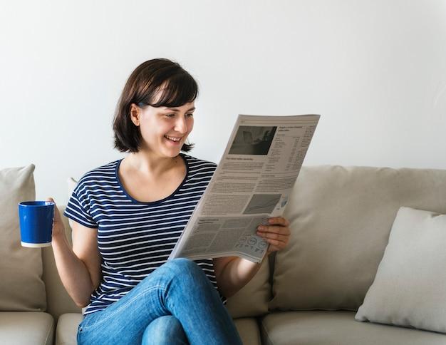 Vrouw krant lezen
