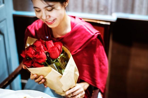 Vrouw kreeg een rood rozenboeket
