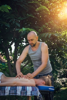 Vrouw krijgt ayurvedische ontspannende massage buiten