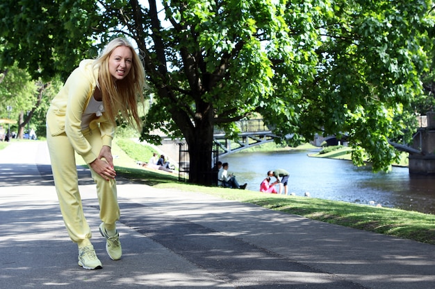 Vrouw krijgt beenletsel tijdens het trainen in het park