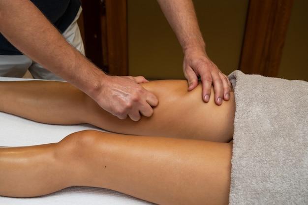 Vrouw krijgt benen lymfedrainage massage in spa salon close-up lichaam ontspanning schoonheid en lichaam c...