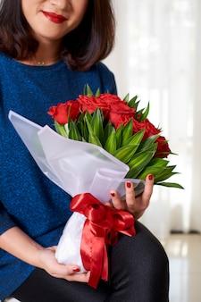 Vrouw krijgt bloemen voor verjaardag