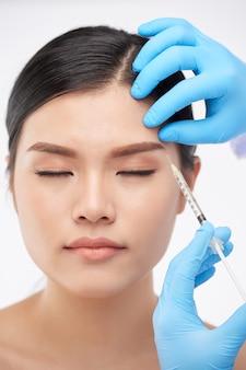 Vrouw krijgt botox-injecties