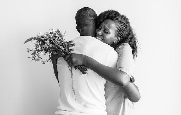Vrouw krijgt een boeket bloemen van haar man