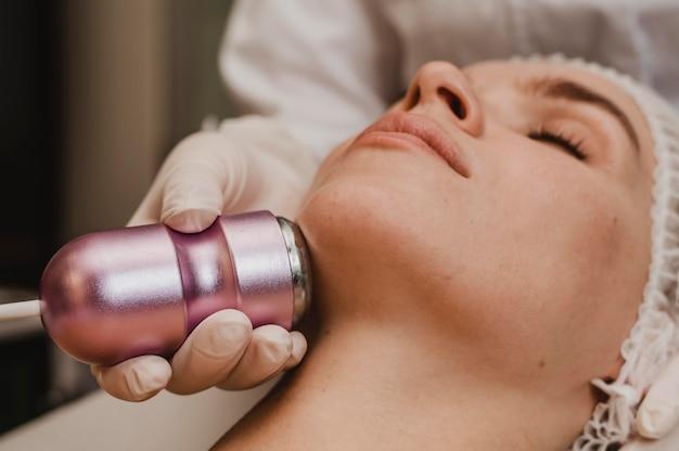 Vrouw krijgt een cosmetische behandeling in de spa