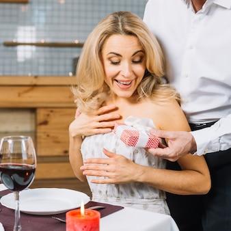 Vrouw krijgt een geschenk van haar geliefde