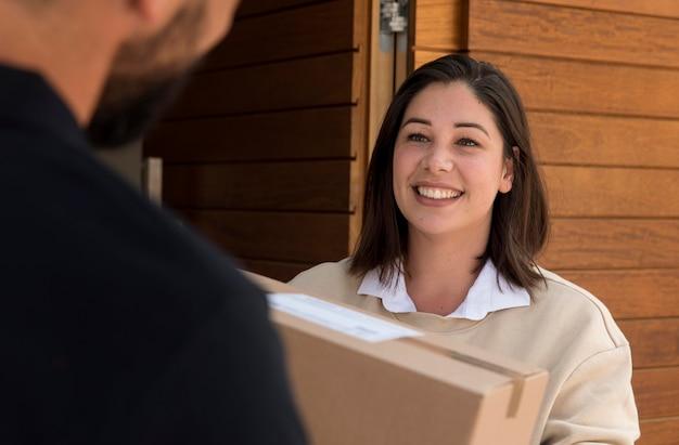 Vrouw krijgt een pakket bezorgd