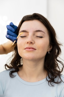 Vrouw krijgt een wenkbrauwbehandeling