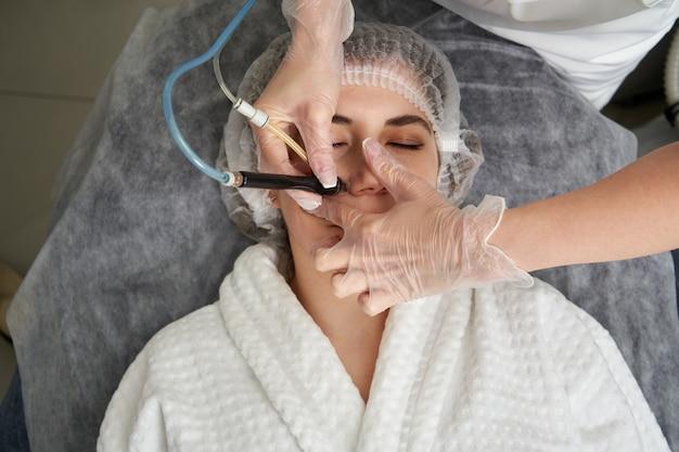 Vrouw krijgt facial hydro microdermabrasie peeling behandeling bij cosmetic beauty spa clinic. hydra