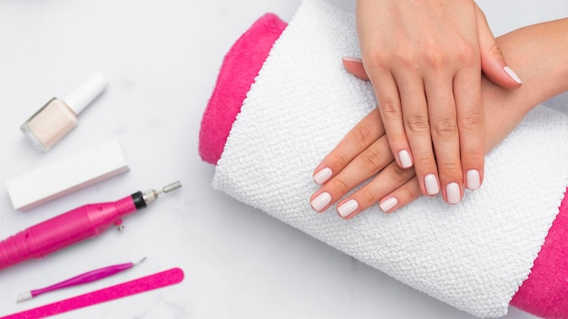 Vrouw krijgt haar manicure gedaan in de salon