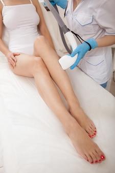 Vrouw krijgt laser ontharing