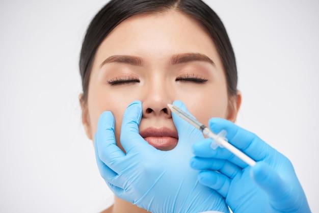 Vrouw krijgt niet-chirurgische neuscorrectie
