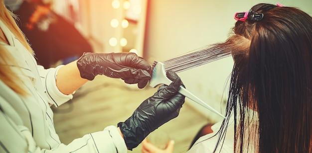 Vrouw krijgt nieuwe haarkleur in de salon