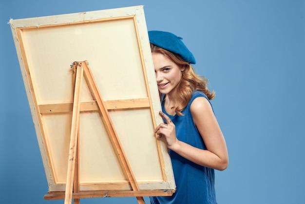 Vrouw kunstenaar blauw nemen ezel hobby tekenen creatief blauw