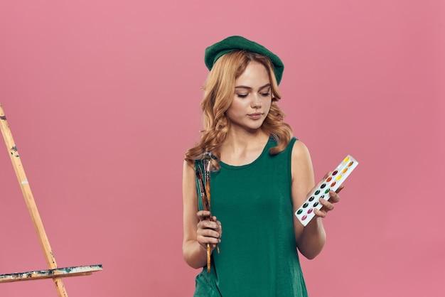 Vrouw kunstenaar groene baret aquarel penseel tekening kunst verf levensstijl hobby