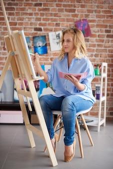 Vrouw kunstenaar in haar atelier